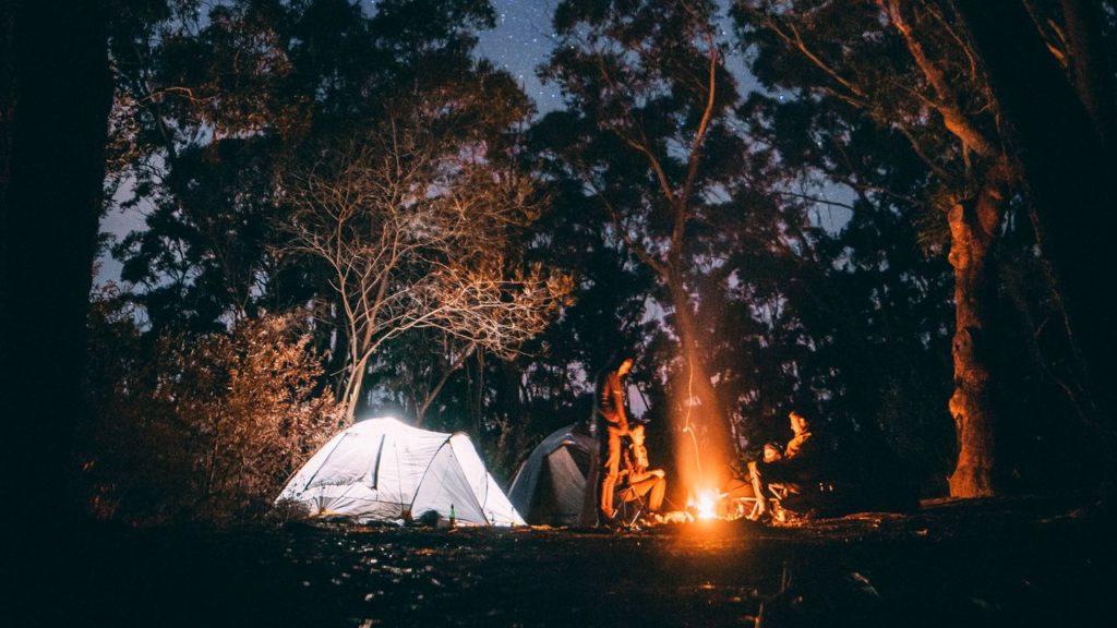 фото костер палатка лес