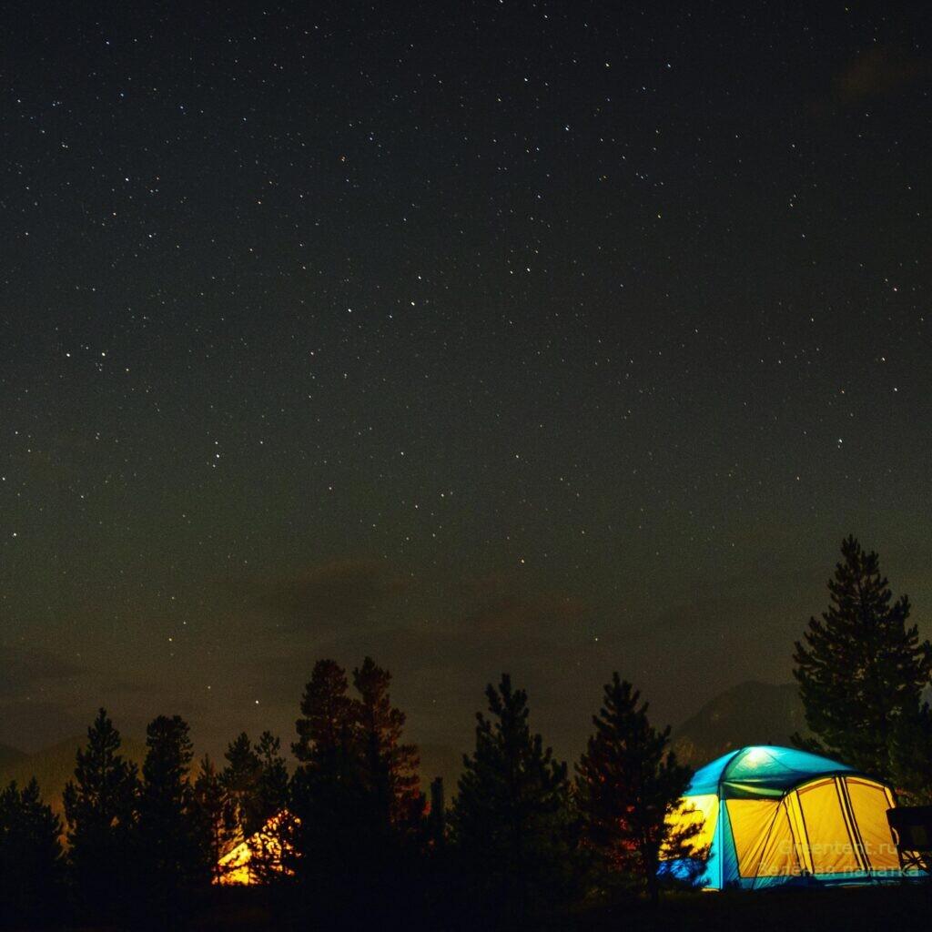 палатка ночью и звёздное небо