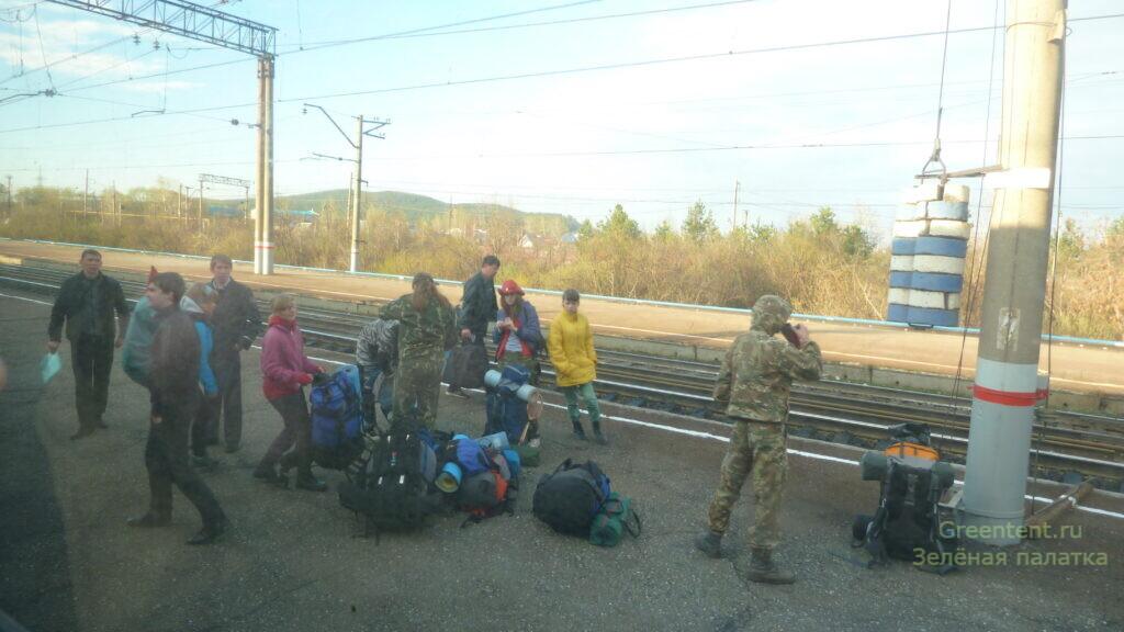Туристы приехали на поезде