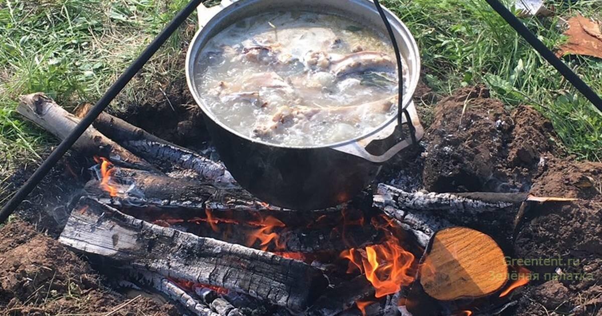 рецепт уха еда на костре отдых дикарями зеленая палатка рыбалка